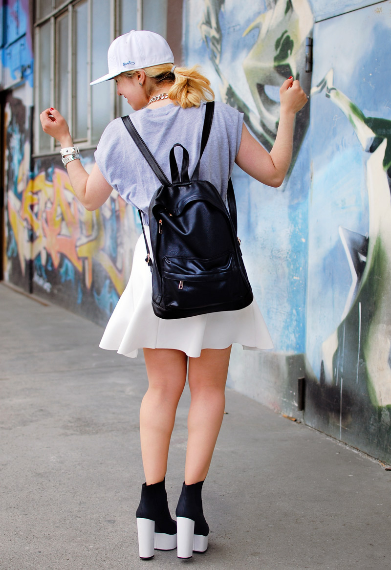 fashionweek-white-summer-trend-skirt-outfit-neopren-hinten