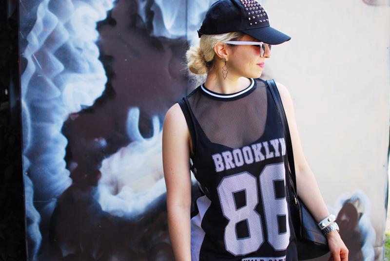 portrait-sporty-trend-numbers-dress-monochrome-outfit-blogger-fashion-nachgesternistvormorgen