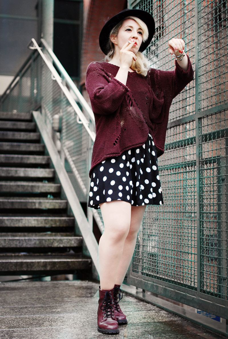 wine-red-distressed-knit-polka-dots-skirt-fashion-outfit-blogger-streetstyle3-Kopie-2