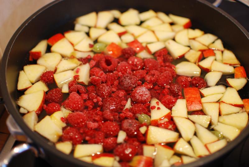beeren-fruechte-apfel-rezept-gesund-fruits-kompott-food-blogger-sommer-getraenk