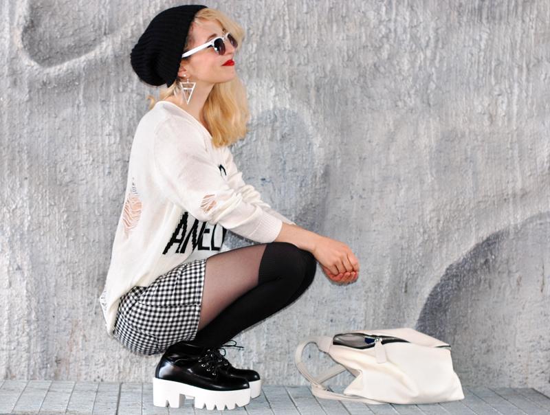 distressed-sweater-grid-shorts-kariert-monochrom-schwarz-weiß-plateau-trend-muenchen-7