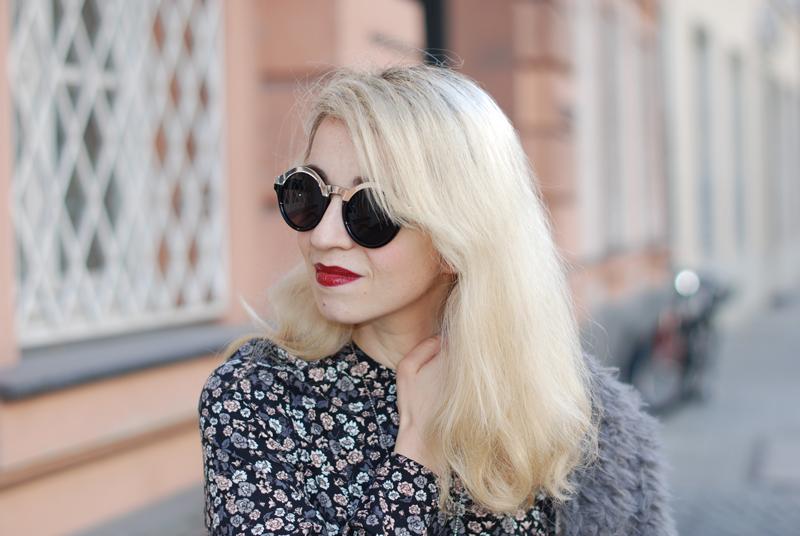 portrait-floral-jumpsuit-fall-herbst-outfit-lippenstift-trend-fashionblogger