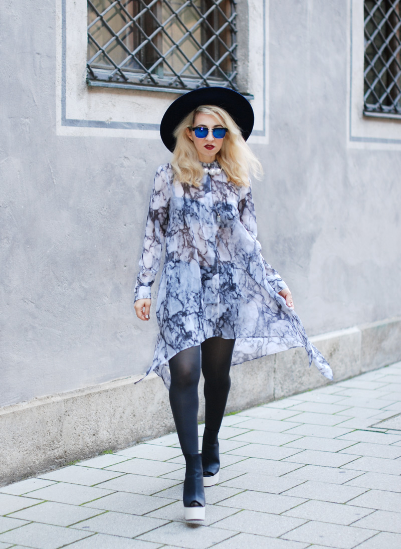 sheer-chiffon-dress-marmoriert-blue-sunglasses-hat-fashionblogger-inspiration-outfit-monochrom-5