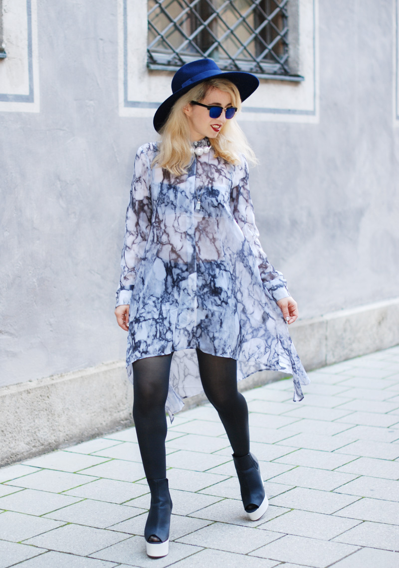 sheer-chiffon-dress-marmoriert-blue-sunglasses-hat-fashionblogger-inspiration-outfit-monochrom-6
