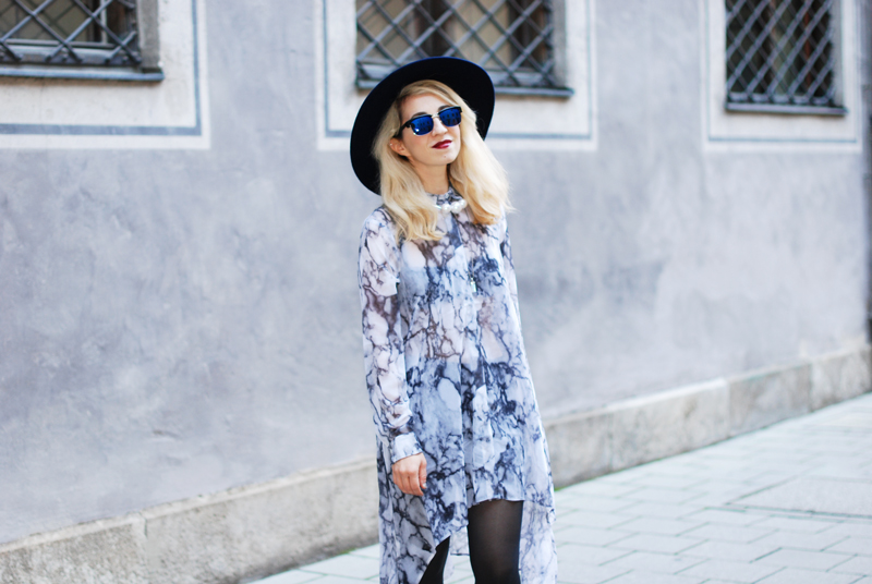 sheer-chiffon-dress-marmoriert-blue-sunglasses-hat-fashionblogger-inspiration-outfit-monochrom-7