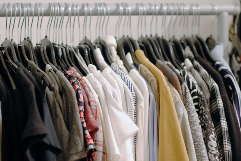 kleiderschrank-tops-oberteil-sweatshirt-pulli-modeblogger-walkincloset-ankleidezimmer