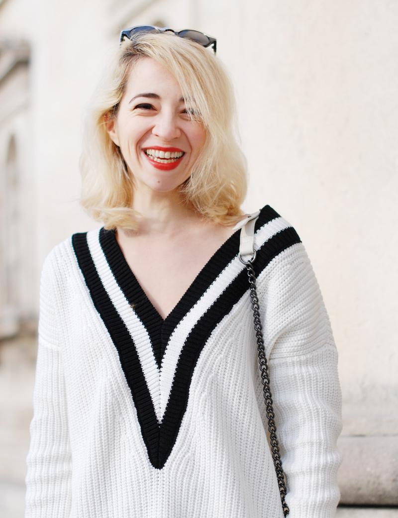 laugh-vneck-tennis-pullover-vausschnitt-knit-monochrom-schoesschen-rock-peplum-trend-outfit