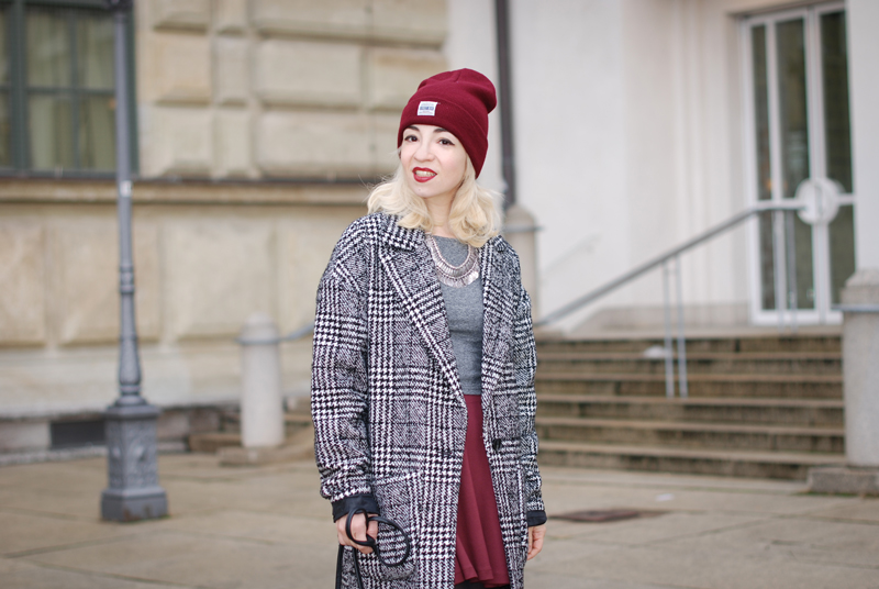 portrait-hahnentritt-handstooth-coat-winter-mantel-outfit-blogger-fashion-mode-burgundy