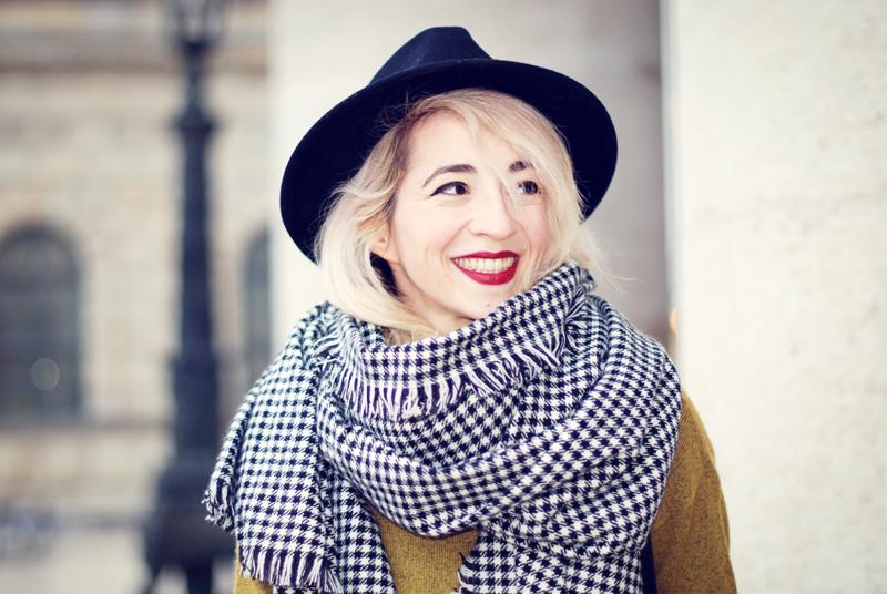schal-hahnentritt-winter-outfit-gelb-strick-pullover-fashionblog-furla-nike-streetstyle-winter-portrait