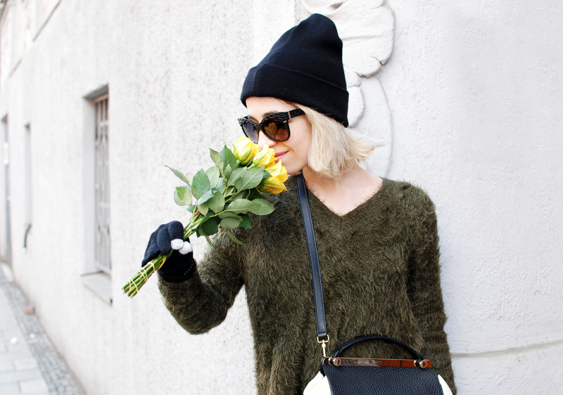 fluffy-knit-olive-green-outfit-fashion-blogger-muenchen-inspiration-winter-portrait