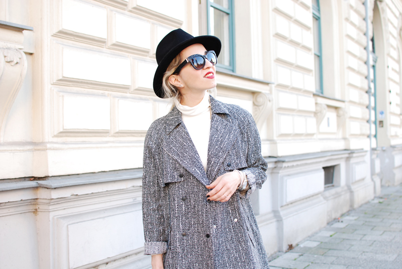 portrait-topshop-coat-outfit-blogger-monochrom