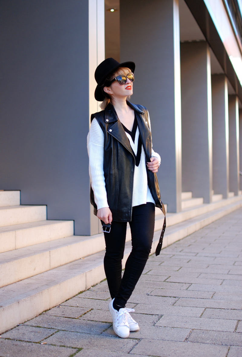 leather-vest-outfit-monochrom-trend-spring-vneck-fashionblogger-muenchen-2