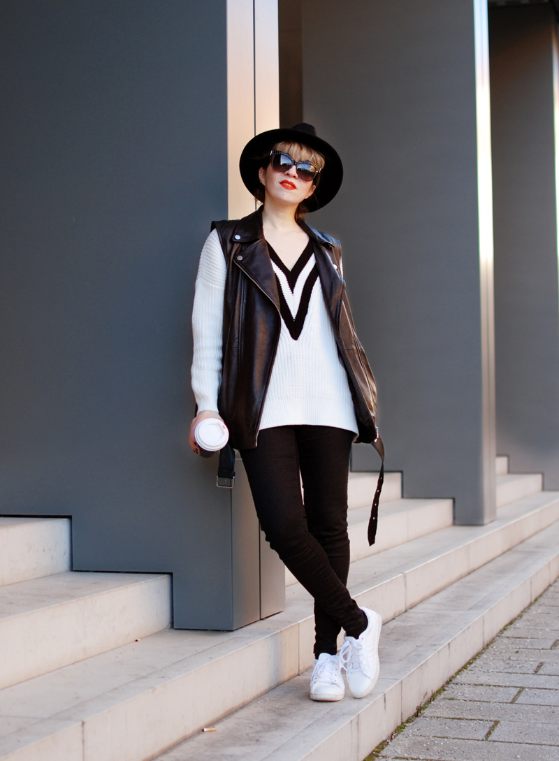 lehnen-leather-vest-outfit-monochrom-trend-spring-vneck-fashionblogger-muenchen