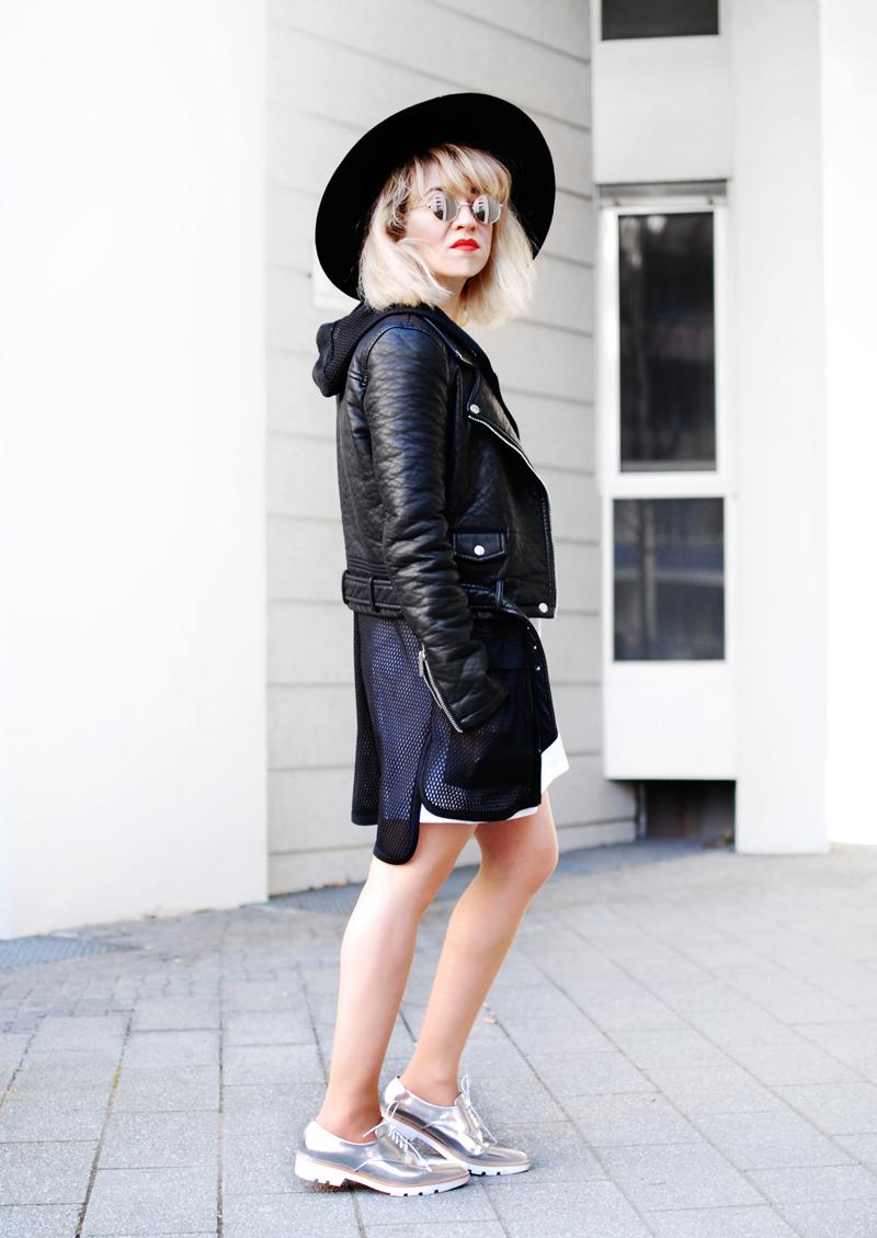 monochrome-outfit-shirtkleid-silver-shoes-blogger-fashion-2