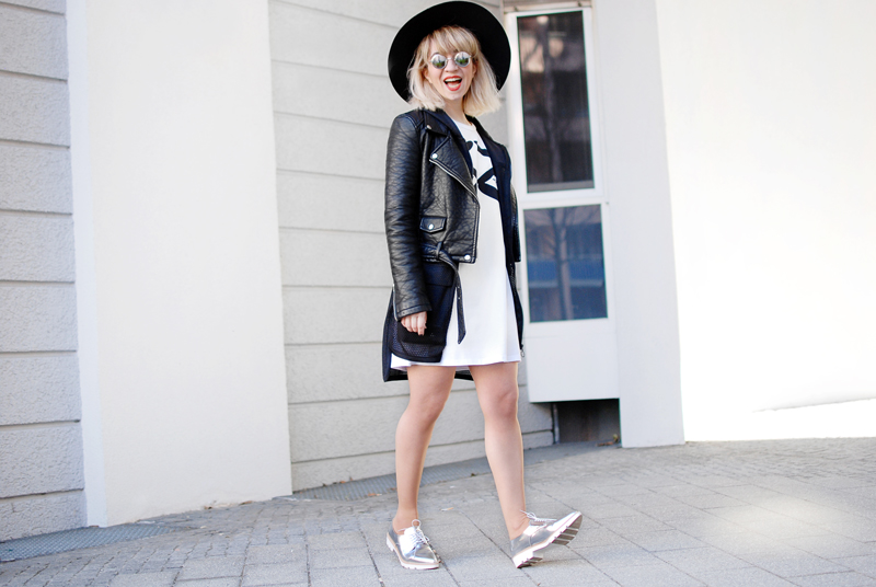 monochrome-outfit-shirtkleid-silver-shoes-blogger-fashion-quer