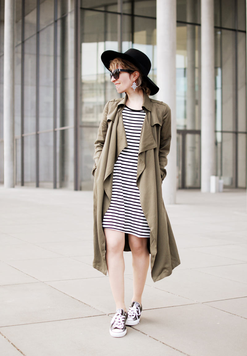 olive-green-military-trenchcoat-spring-trend-striped-fashionblogger-outfit-111