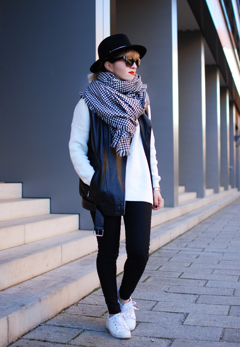 schal-leather-vest-outfit-monochrom-trend-spring-vneck-fashionblogger-muenchen