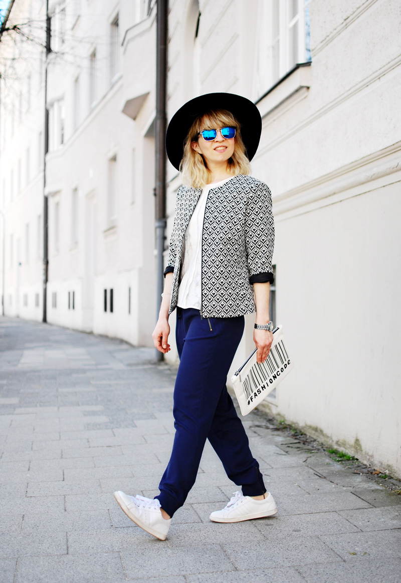 more-and-more-outfit-jogginghose-print-jacket-fashionblogger-33