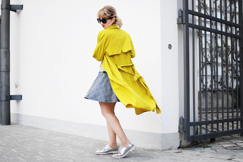 yellow-trenchcoat-funky-streetstyle-fashion-outfit-fashionblogger-quer-2