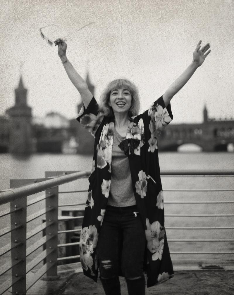 berlin-graffity-art-kunst-pinkhair-pastels-kimono-outfit-fashion-floral-melancholisch-3