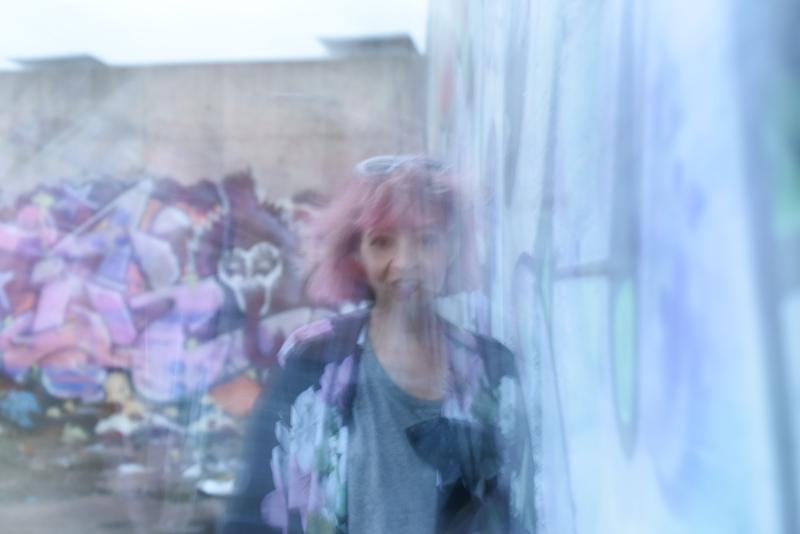 berlin-graffity-art-kunst-pinkhair-pastels-kimono-outfit-fashion-floral-melancholisch