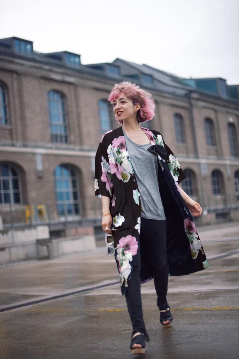 kimono-style-outfit-blogger-modeblog-fashionblog-berlin-blumenmuster-regen-nachgesternistvormorgen-3