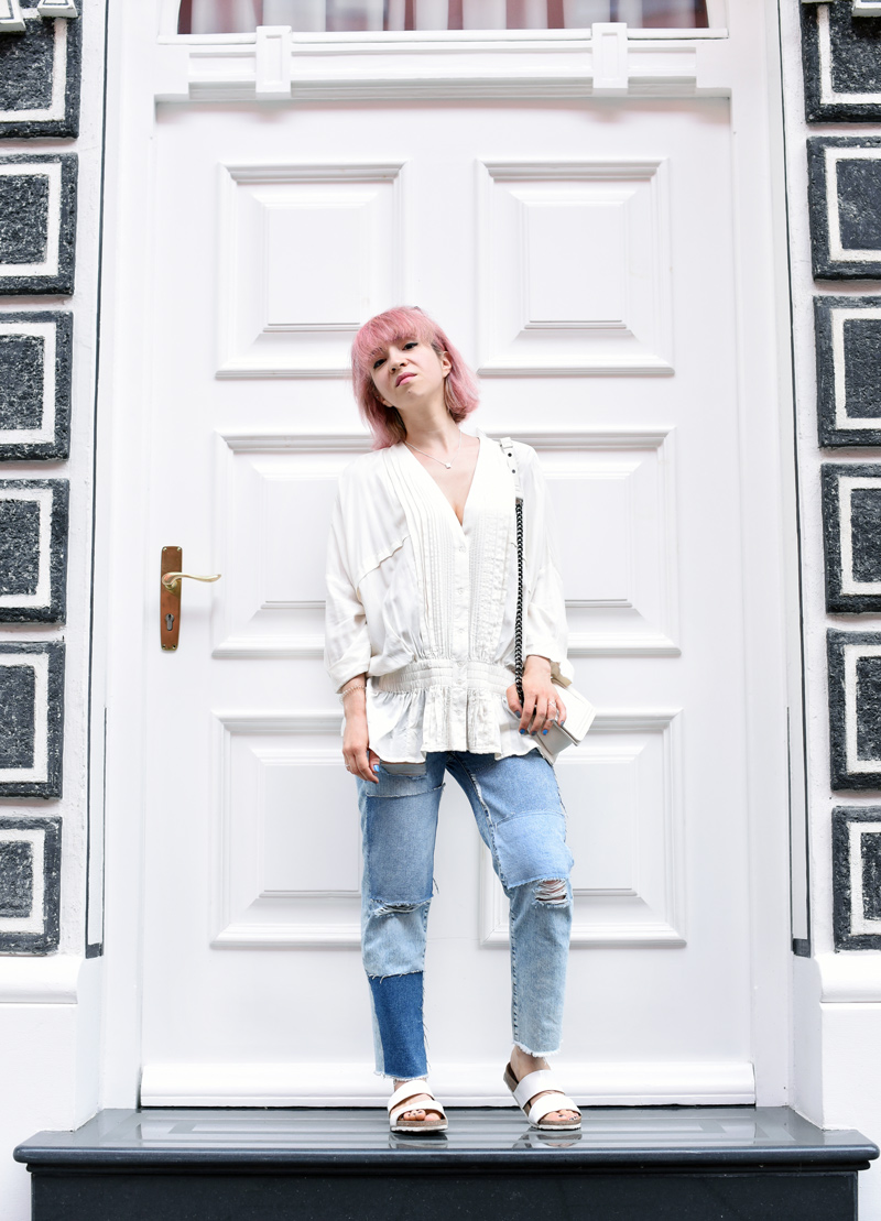 blouse-ruffles-trend-distressed-denim-jeans-outfit-streetstyle-blogger-fashionblogger-munich-nachgesternistvormorgen-muenchen-pinkhair-pastellhaare-1