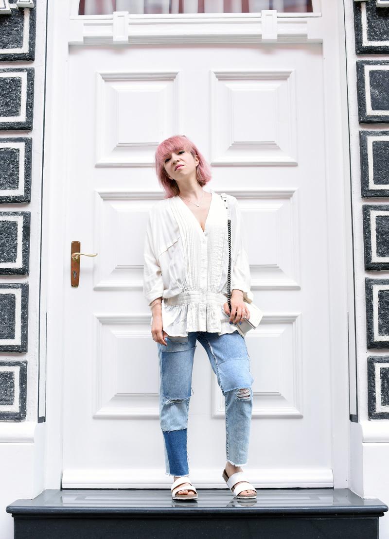blouse-ruffles-trend-distressed-denim-jeans-outfit-streetstyle-blogger-fashionblogger-munich-nachgesternistvormorgen-muenchen-pinkhair-pastellhaare-1