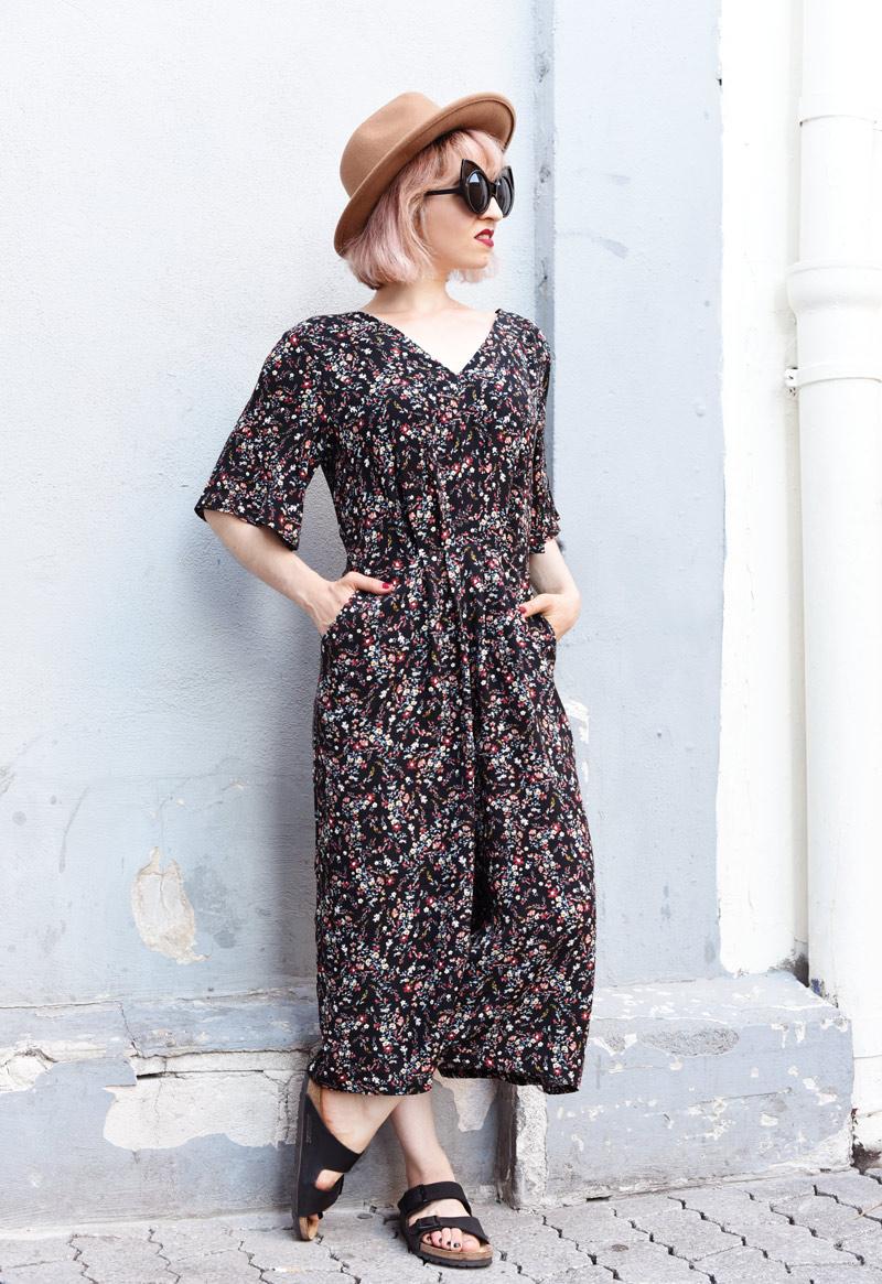 floral-jumpsuit-overall-fall-herbst-hat-darklips-nachgesternistvormorgen-fashionblogger-modeblog-munich-muenchen-pastellhaare-pastelhair-3