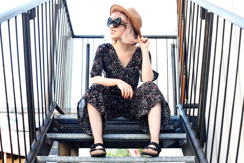 floral-jumpsuit-overall-fall-herbst-hat-darklips-nachgesternistvormorgen-fashionblogger-modeblog-munich-muenchen-pastellhaare-pastelhair-sunnies-eyewear-zerouv