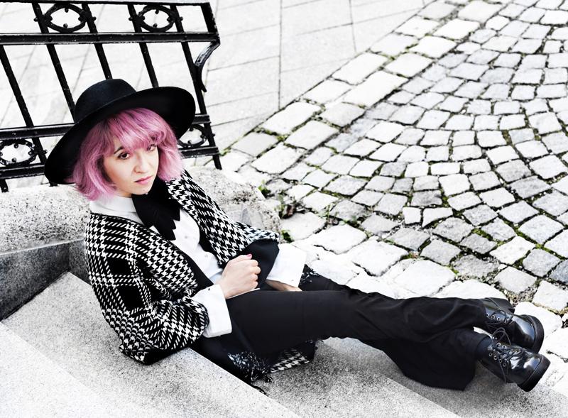 look-cape-hahnentritt-dandy-inspiration-outfit-fashionblogger-modeblogger-pinkhair-pastelhair-monochrom-streetstyle-nachgesternistvormorgen-trend-flare-schlaghose-b