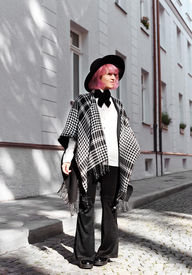 look-cape-hahnentritt-dandy-inspiration-outfit-fashionblogger-modeblogger-pinkhair-pastelhair-monochrom-streetstyle-nachgesternistvormorgen-trend-flare-schlaghose