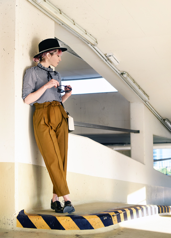 olive-green-highwaist-pants-boyish-outfit-fashionblogger-streetstyle-nachgesternistvormorgen-11