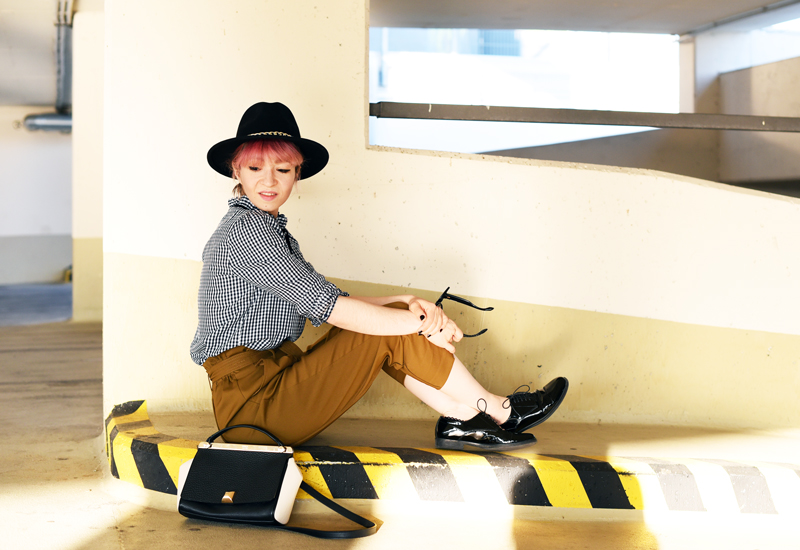 olive-green-highwaist-pants-boyish-outfit-fashionblogger-streetstyle-nachgesternistvormorgen-22