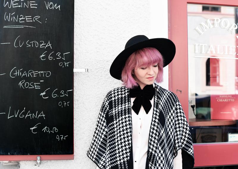 portrait-cape-hahnentritt-dandy-inspiration-outfit-fashionblogger-modeblogger-pinkhair-pastelhair-monochrom-streetstyle