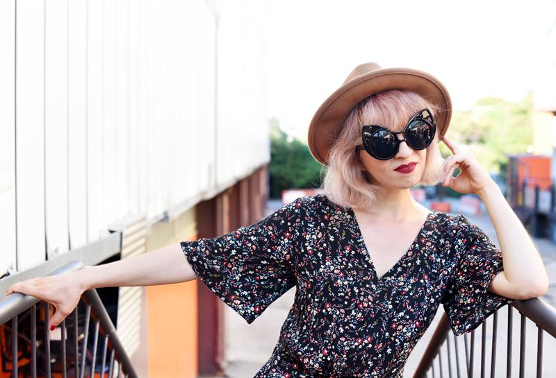 portrait-floral-jumpsuit-overall-fall-herbst-hat-darklips-nachgesternistvormorgen-fashionblogger-modeblog-munich-muenchen-pastellhaare-pastelhair-sunnies-eyewear-zerouv-1