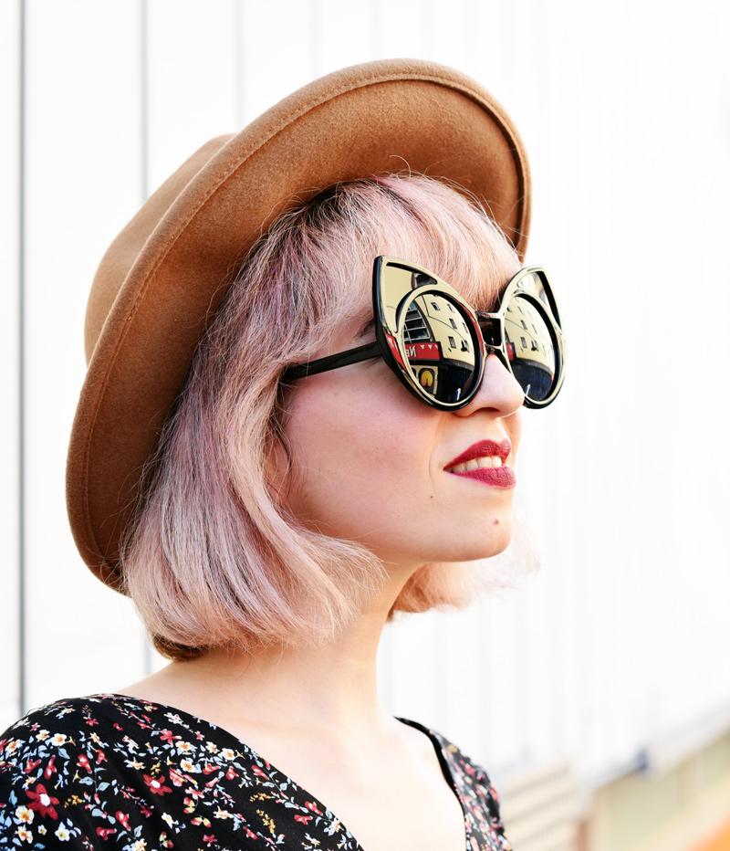 portrait-floral-jumpsuit-overall-fall-herbst-hat-darklips-nachgesternistvormorgen-fashionblogger-modeblog-munich-muenchen-pastellhaare-pastelhair-sunnies-eyewear-zerouv-11