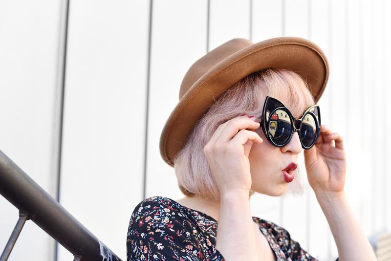 portrait-floral-jumpsuit-overall-fall-herbst-hat-darklips-nachgesternistvormorgen-fashionblogger-modeblog-munich-muenchen-pastellhaare-pastelhair-sunnies-eyewear-zerouv-2