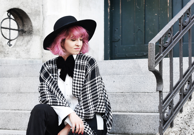 portrait-look-cape-hahnentritt-dandy-inspiration-outfit-fashionblogger-modeblogger-pinkhair-pastelhair-monochrom-streetstyle-nachgesternistvormorgen-trend