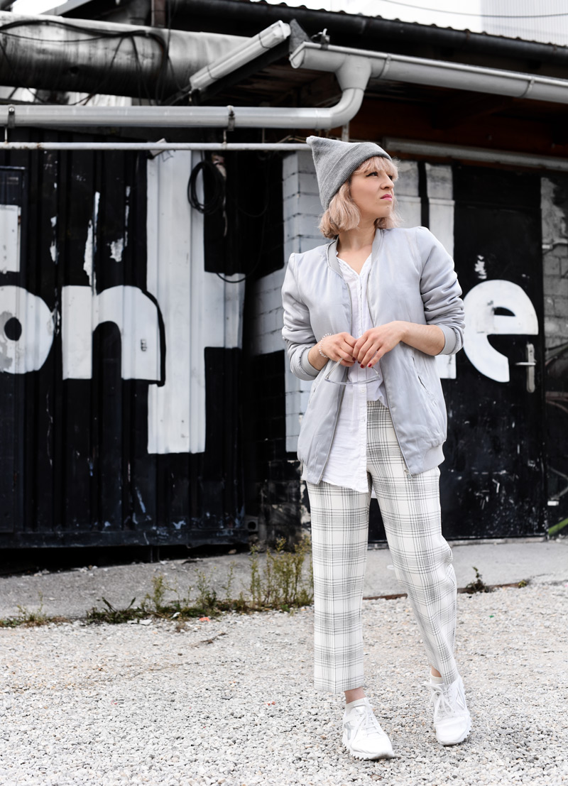 silver-bomber-jacket-white-grid-pants-zara-outfit-look-fashionblogger-muenchen-nachgesternistvormorgen-streetstyle-sporty-11