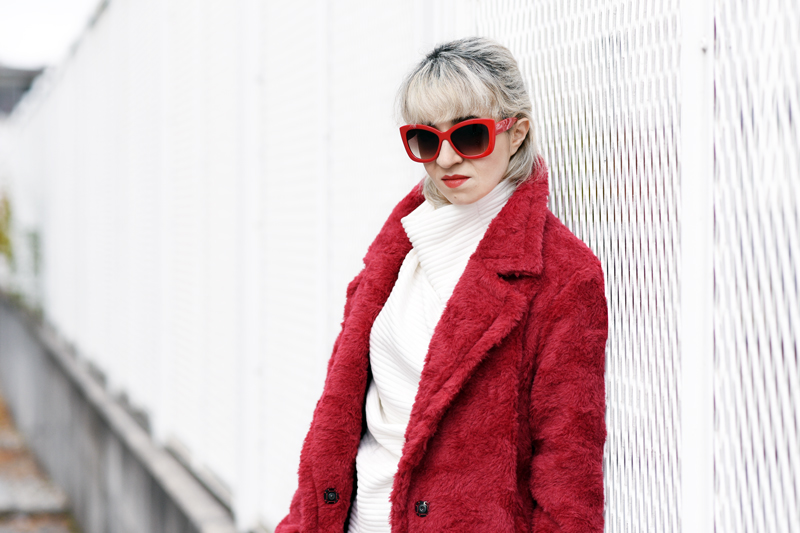 portrait-red-coat-wool-pelz-fall-herbst-outfit-fashionblogger-nachgesternistvormorgen-muenchen-rene-lezard-fur-11