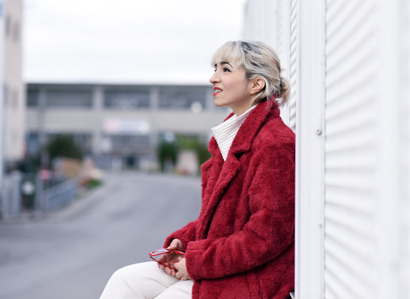 portrait-red-coat-wool-pelz-fall-herbst-outfit-fashionblogger-nachgesternistvormorgen-muenchen-rene-lezard-fur-2
