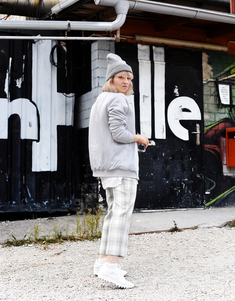 silver-bomber-jacket-white-grid-pants-zara-outfit-look-fashionblogger-muenchen-nachgesternistvormorgen-streetstyle-sporty-3