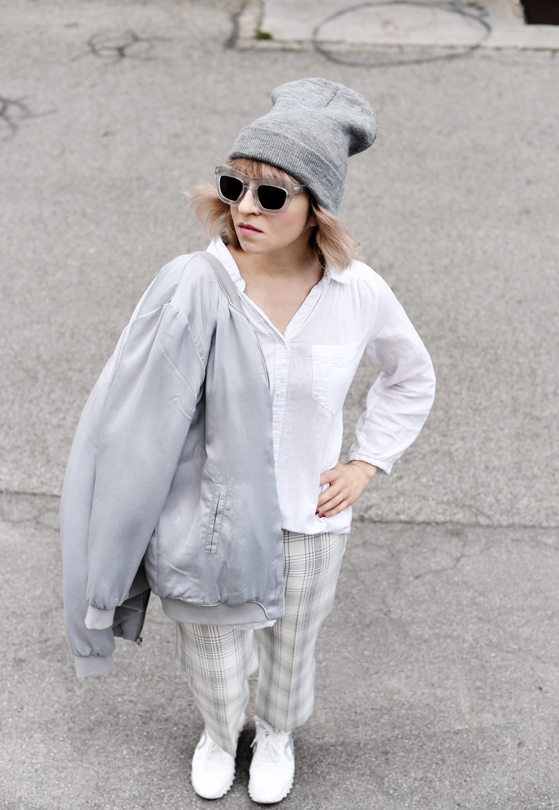 silver-bomber-jacket-white-grid-pants-zara-outfit-look-fashionblogger-muenchen-nachgesternistvormorgen-streetstyle-sporty-33