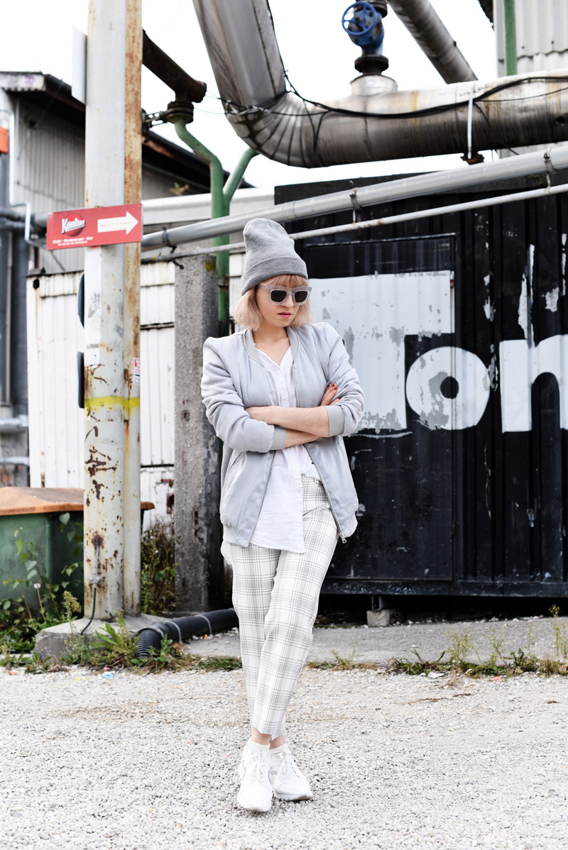 silver-bomber-jacket-white-grid-pants-zara-outfit-look-fashionblogger-muenchen-nachgesternistvormorgen-streetstyle-sporty-4