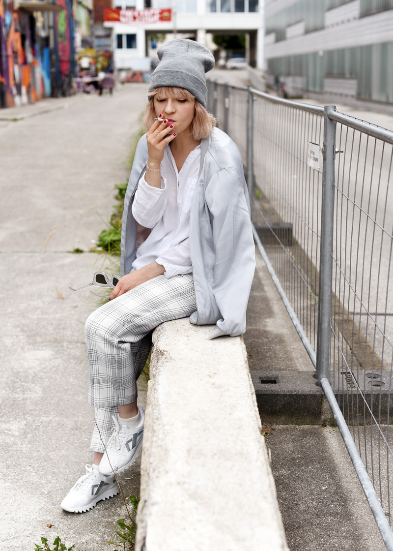 sit-silver-bomber-jacket-white-grid-pants-zara-outfit-look-fashionblogger-muenchen-nachgesternistvormorgen-streetstyle-sporty-portrait-Kopie