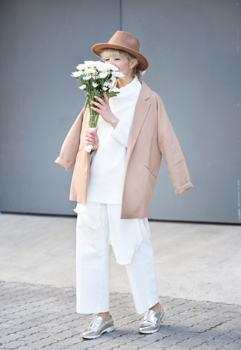 all-white-layering-nachgesternistvormorgen-outfit-streetstyle-layers-culotte-camel-look-style-fashionblog-muenchen-flowers