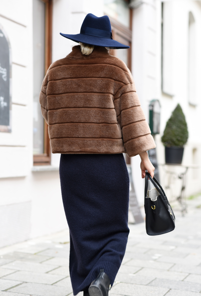 back-fake-fur-jacket-kunstpelz-blogger-fashion-mode-streetstyle-elegant-outfit-nachgesternistvormorgen-muenchen-maxi-dress-brown-navy-blau-cognac
