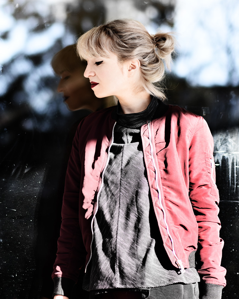 portrait-bomber-jacket-blouson-weinrot-marsala-trend-fashionblog
