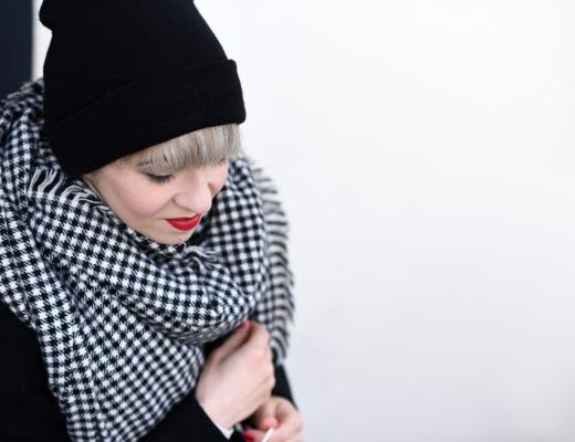 portrait-outfit-coat-black-masculine-nachgesternistvormorgen-fashionblogger-modeblog-muenchen-nike-classic-beanie-sporty-trends-2